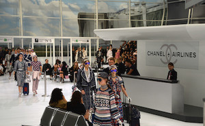 All aboard: Karl Lagerfeld tovert catwalk om tot Chanel Airlines