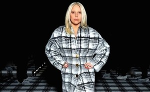 Lady Gaga backstage bij de Balenciaga show in Parijs