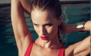 Rosie Huntington-Whiteley als poolside godin