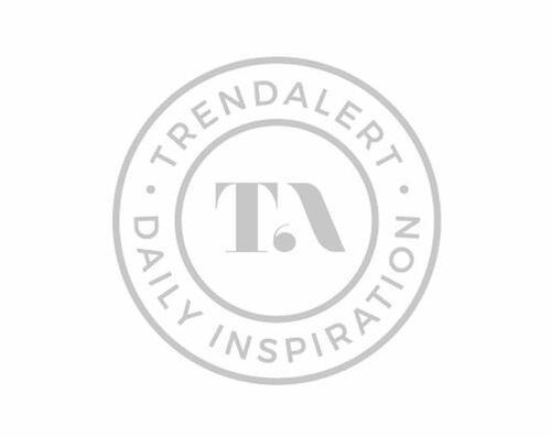 Rondborstige punk vrouw kleed zich uit