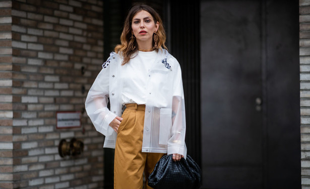 /ckfinder/userfiles/images/trendalert/201905/GettyImages-1148661815%20wit%20t-shirt%20styling%20tips.jpg