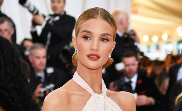 /ckfinder/userfiles/images/trendalert/201906/GettyImages-1147457418%20rosie%20huntington-whiteley%20caudalie%20beauty%20elixir%20thumb.jpg