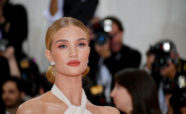 /ckfinder/userfiles/images/trendalert/201910/GettyImages-1147449109%20rosie%20huntington-whiteley.jpg