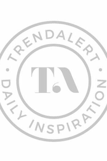 1e7effa1228991 Tess draagt een heerlijke vintage wollen jas met een broek van EDC. Haar  unieke headphones van Frends matchen lekker bij haar trui.