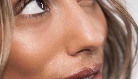 poeder tegen glimmende huid